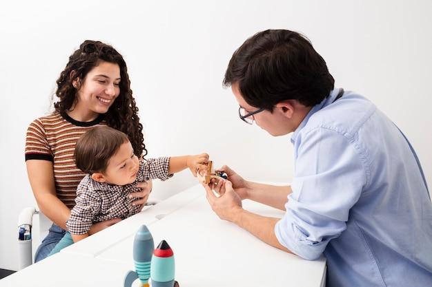 Średnio strzał dziecko jest ciekaw na wizycie u lekarza