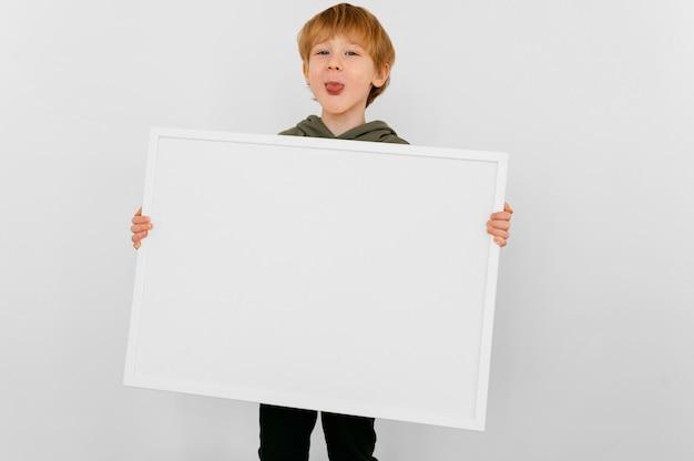 Średnio strzał dziecko trzyma deskę