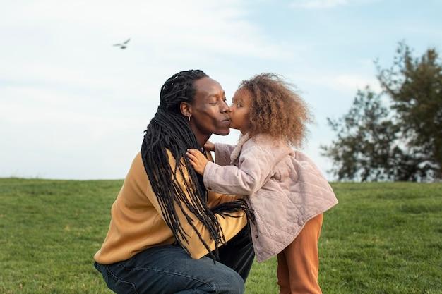 Średnio strzał dziewczyna całuje ojca