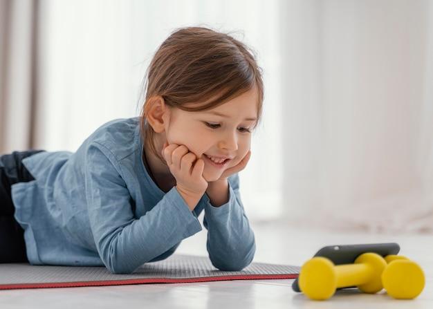 Średnio strzał dziewczyna patrząc na smartfona