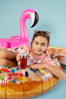 Średnio strzał dziewczyna pozuje z flamingiem