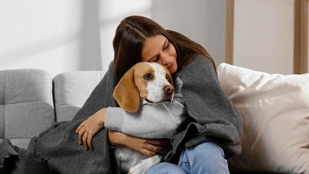 Średnio strzał dziewczyna przytulająca psa