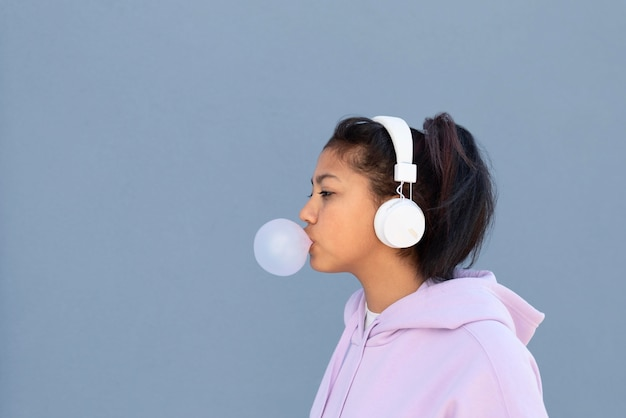 Średnio strzał dziewczyna robi gumę balonową