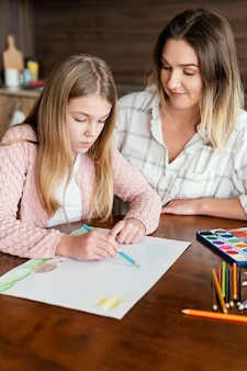 Średnio strzał dziewczyna rysująca na papierze