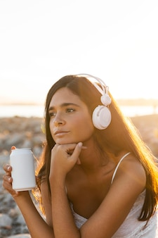 Średnio strzał dziewczyna słuchająca muzyki