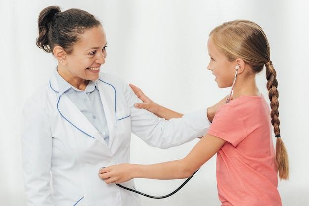 Średnio strzał dziewczyna sprawdza lekarza