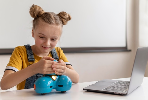 Średnio strzał dziewczyna studiuje z laptopem