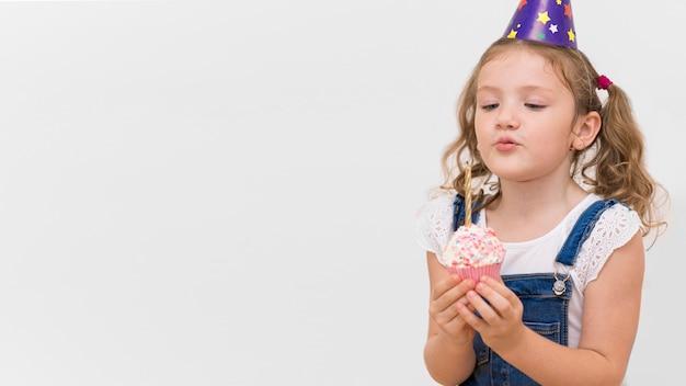 Średnio strzał dziewczyna trzyma ciastko