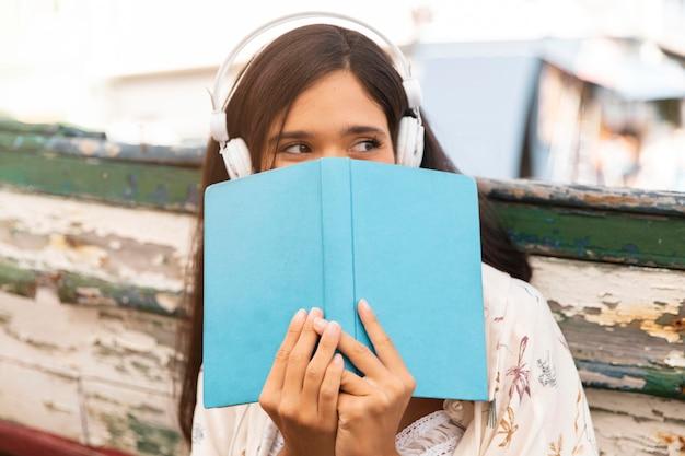 Średnio strzał dziewczyna trzyma książkę