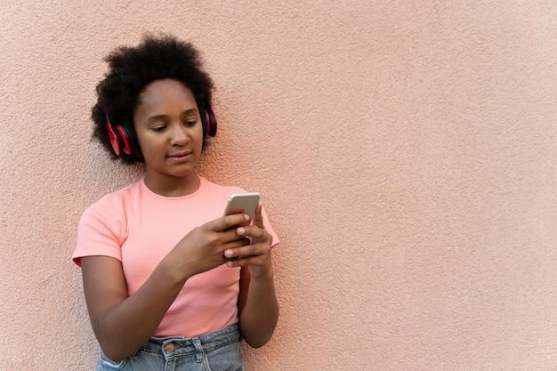 Średnio strzał dziewczyna trzymająca telefon