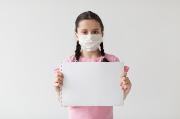 Średnio strzał dziewczyna ubrana w maskę
