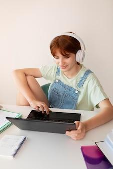 Średnio strzał dziewczyna w słuchawkach w domu
