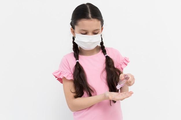 Średnio strzał dziewczyna za pomocą środka dezynfekującego