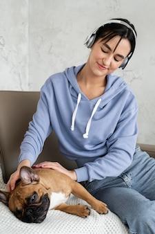 Średnio strzał dziewczyna ze słuchawkami i psem