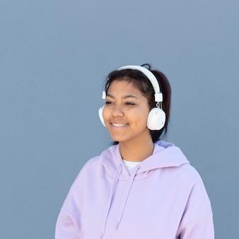 Średnio strzał dziewczyna ze słuchawkami