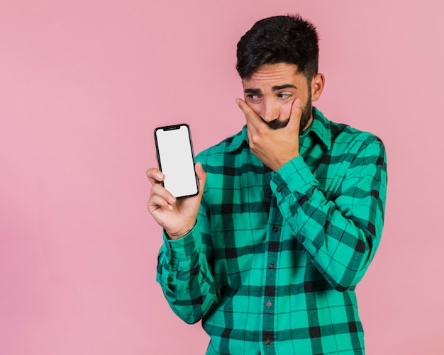 Średnio strzał facet patrząc na jego telefon