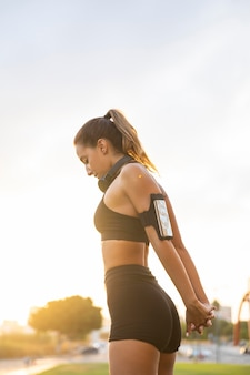 Średnio strzał fit kobieta na zewnątrz