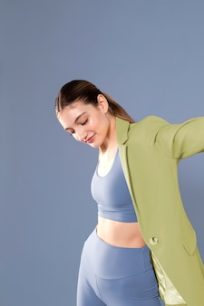 Średnio strzał fit kobieta pozowanie