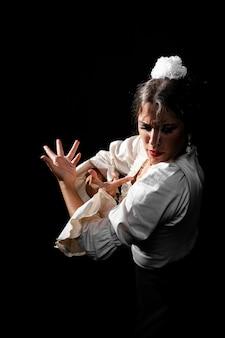 Średnio strzał flamenca wykonujący floreo
