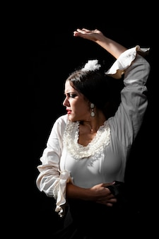 Średnio strzał flamenco tancerz podnoszący rękę