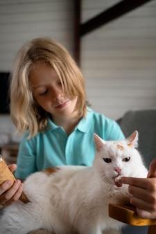 Średnio strzał karmienie kota dla dzieci