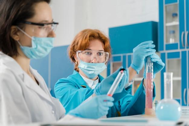 Średnio strzał kobiet lekarzy noszących maski