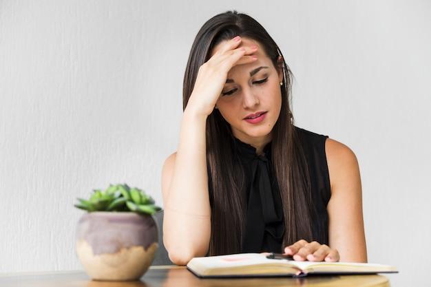 Średnio strzał kobieta biznesu podkreślając o projekcie