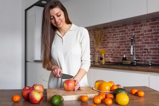Średnio strzał kobieta cięcia owoców