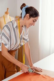 Średnio strzał kobieta cięcia tkaniny
