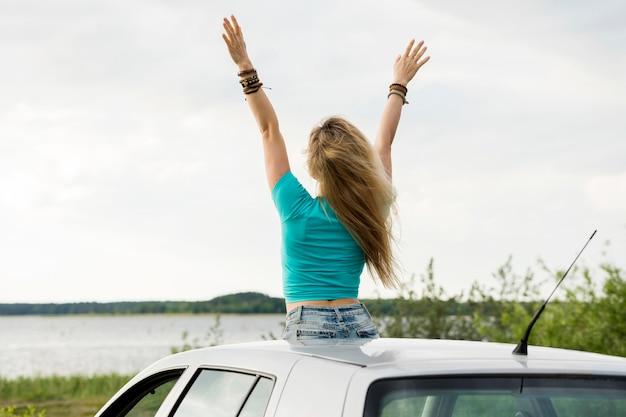 Średnio strzał kobieta cieszyć się życiem
