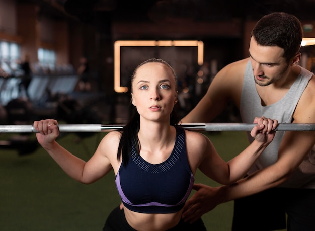 Średnio strzał kobieta ćwiczy