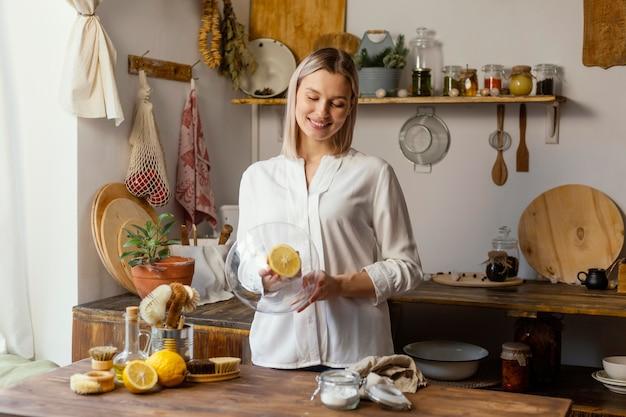 Średnio strzał kobieta czyści cytryną