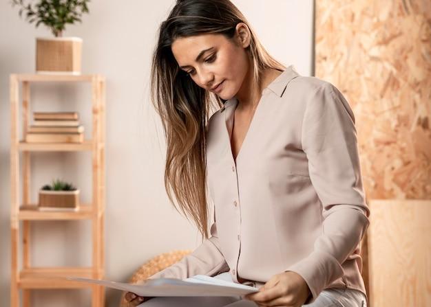 Średnio strzał kobieta czytająca dokumenty