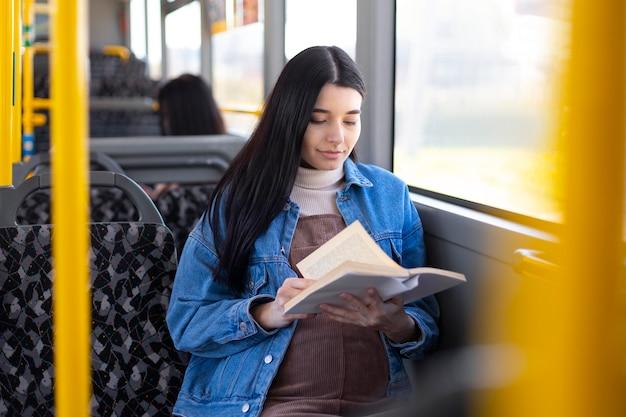 Średnio strzał kobieta czytająca książkę