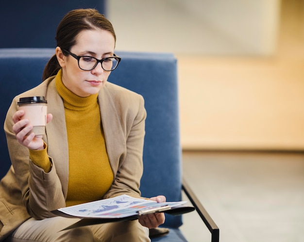 Średnio strzał kobieta czytająca papier