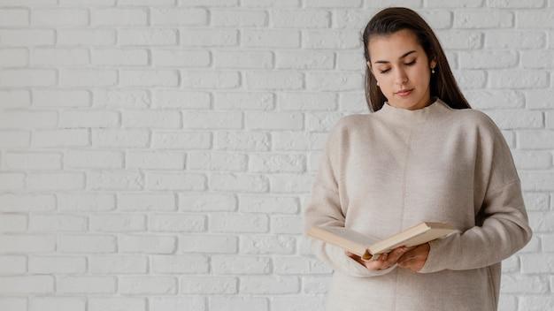 Średnio strzał kobieta czytania z miejsca na kopię