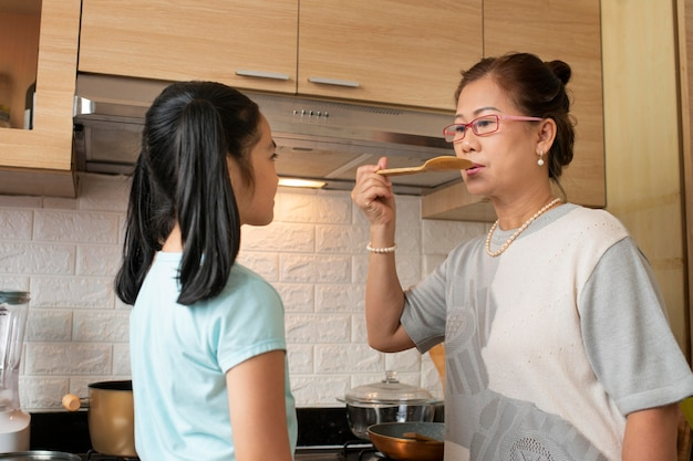 Średnio strzał kobieta degustacja potraw
