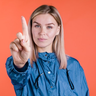 Średnio strzał kobieta gestykuluje nie