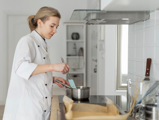 Średnio strzał kobieta gotuje