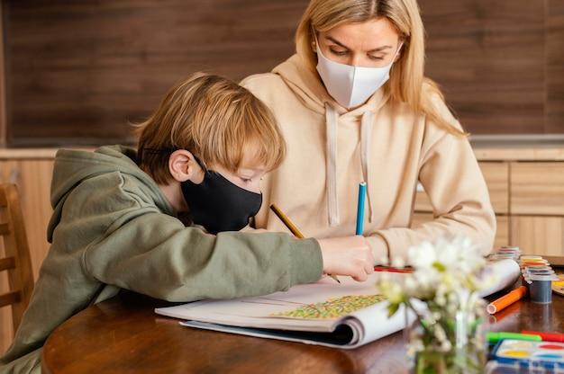 Średnio strzał kobieta i dziecko z maską