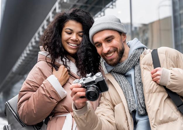 Średnio strzał kobieta i mężczyzna z aparatem