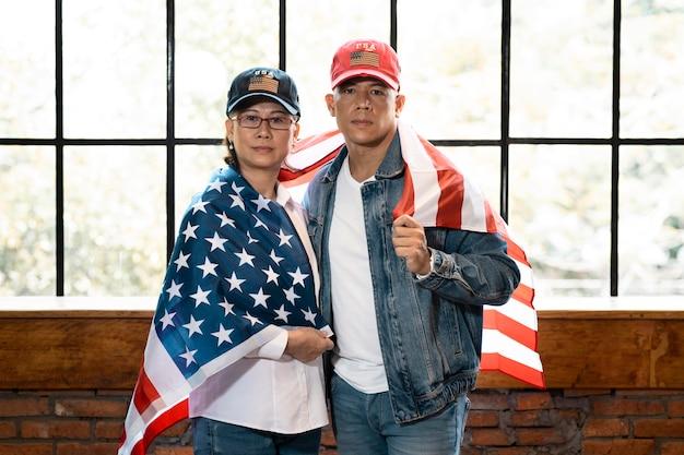 Średnio strzał kobieta i mężczyzna z flagą