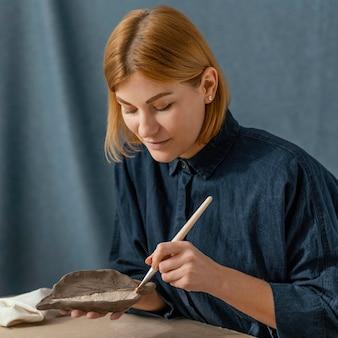 Średnio strzał kobieta malująca liść