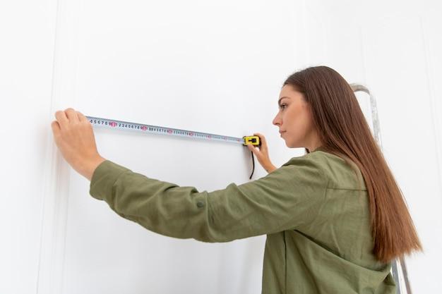 Średnio strzał kobieta mierząca