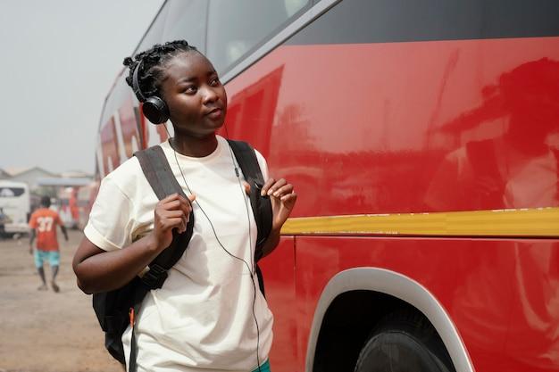 Średnio strzał kobieta na dworcu autobusowym