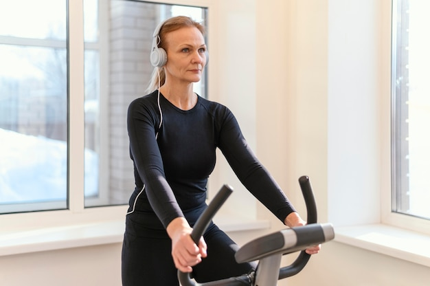 Średnio strzał kobieta na rowerze spin