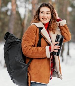 Średnio strzał kobieta niosąca plecak