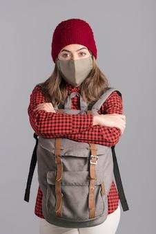 Średnio strzał kobieta nosi maskę