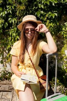 Średnio strzał kobieta nosi okulary przeciwsłoneczne