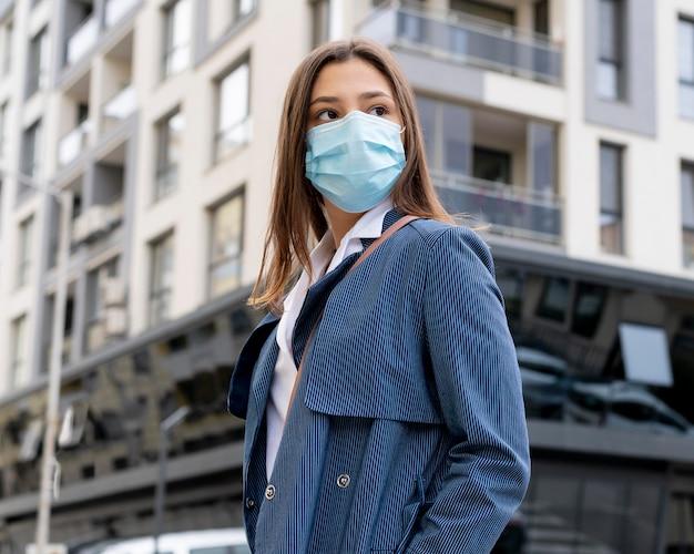 Średnio strzał kobieta nosząca maskę na twarz